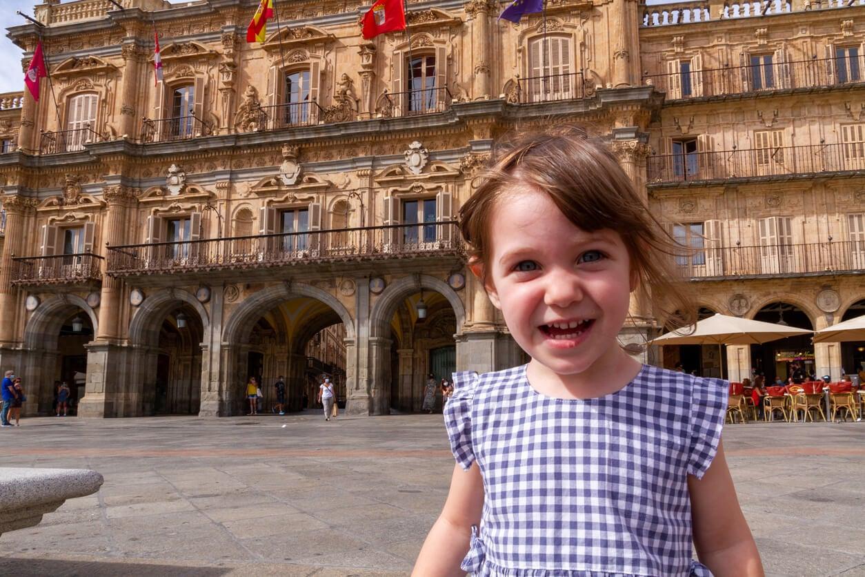 Fille heureuse sur la place principale de Salamanque.