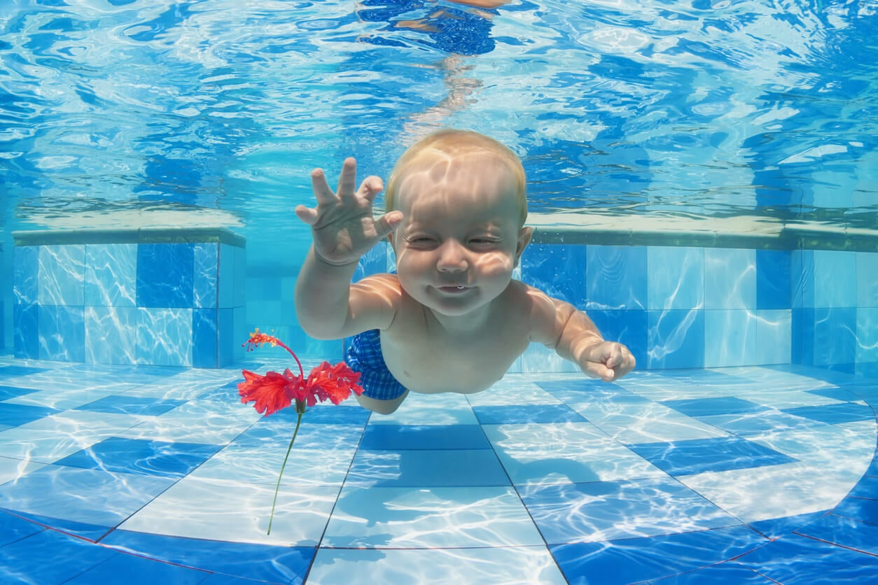 Bebé practicando natación, uno de los deportes adecuados según su edad.