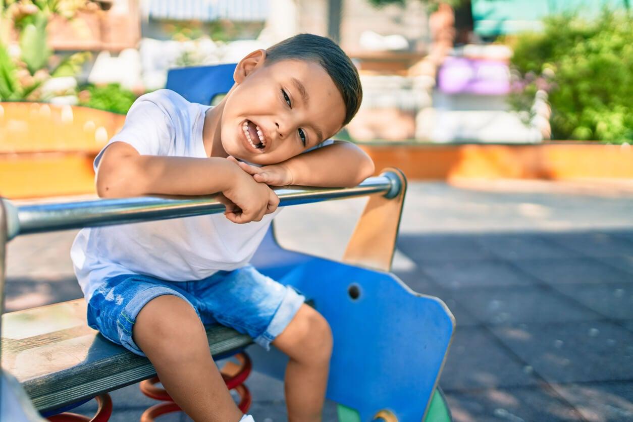 Enfant dans le parc avec trouble réactionnel de l'attachement.