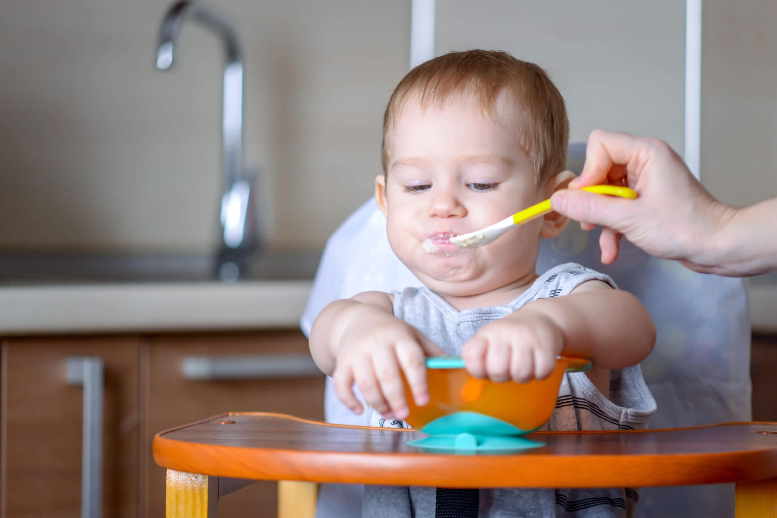 Niño comiendo una papilla de cereales.