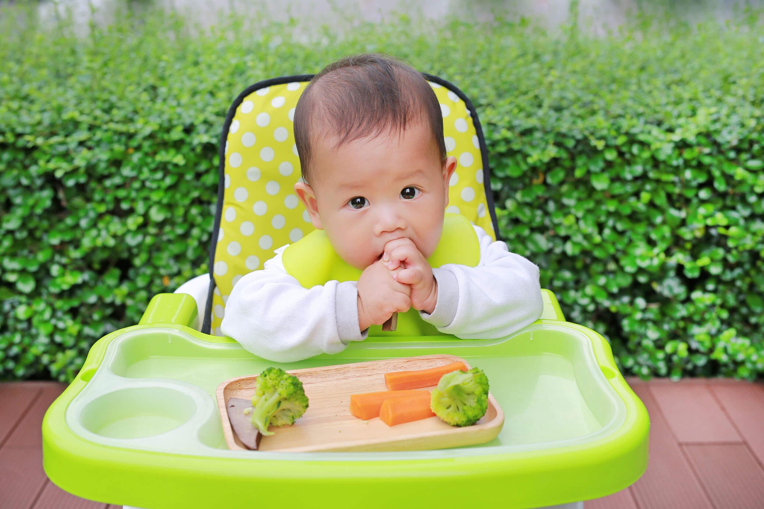 Niño comiendo con el método baby led weaning.