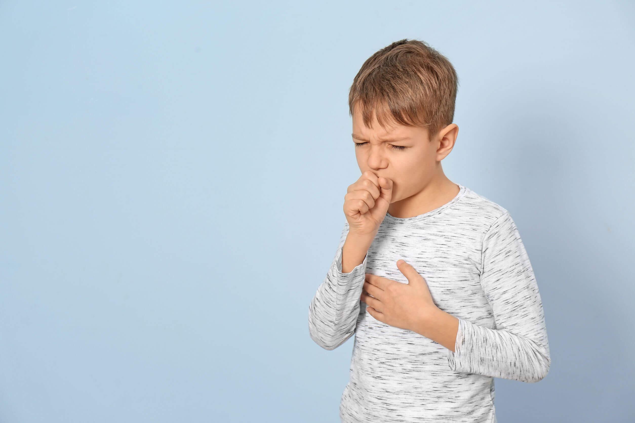 Niño enfermo con tos.