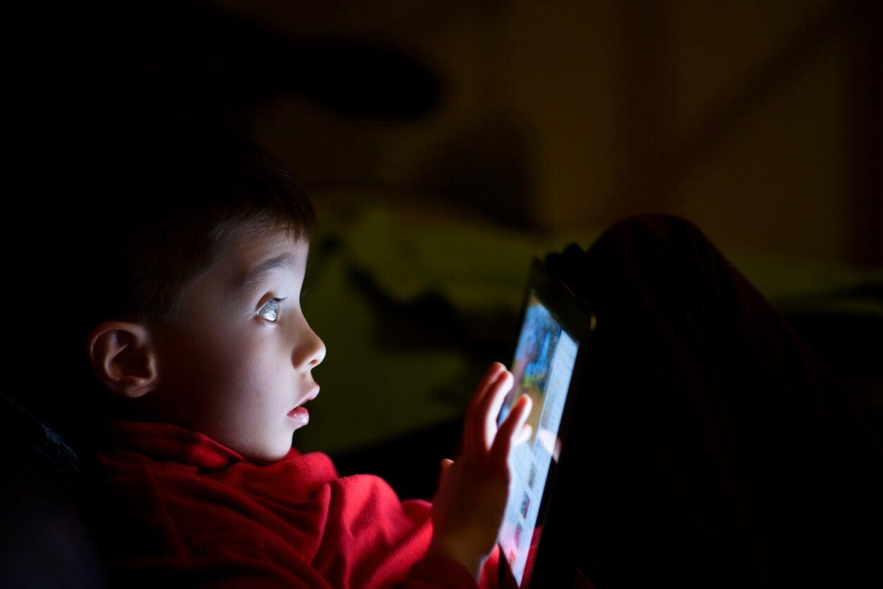 Niño usando la tablet sin control parental.