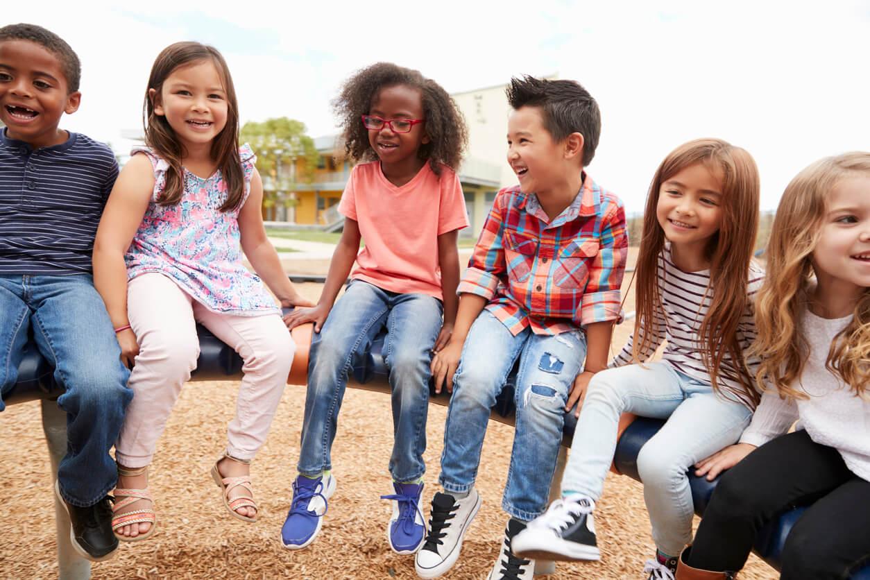Niños felices durante el recreo escolar.