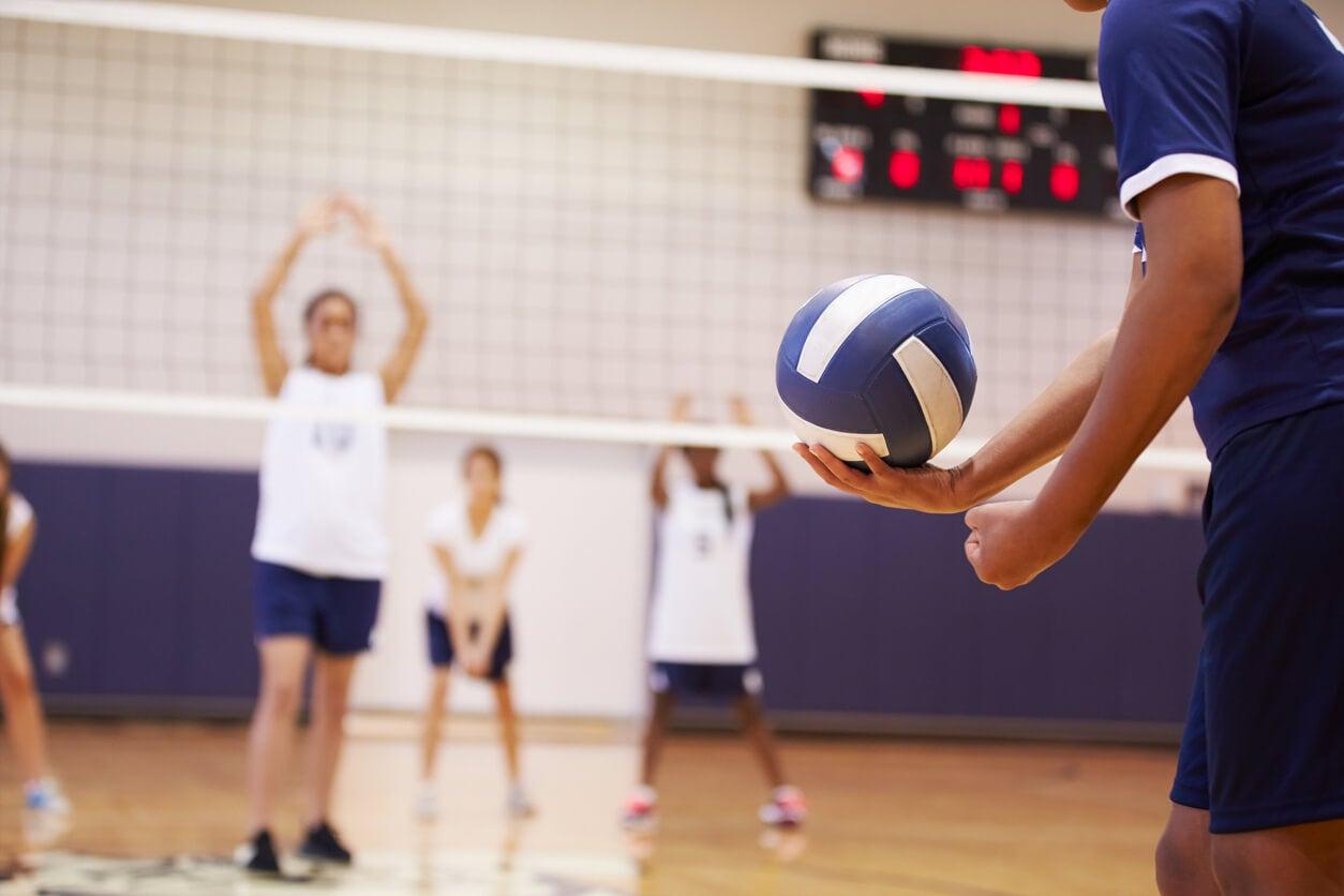 Niños jugando al voleibol.