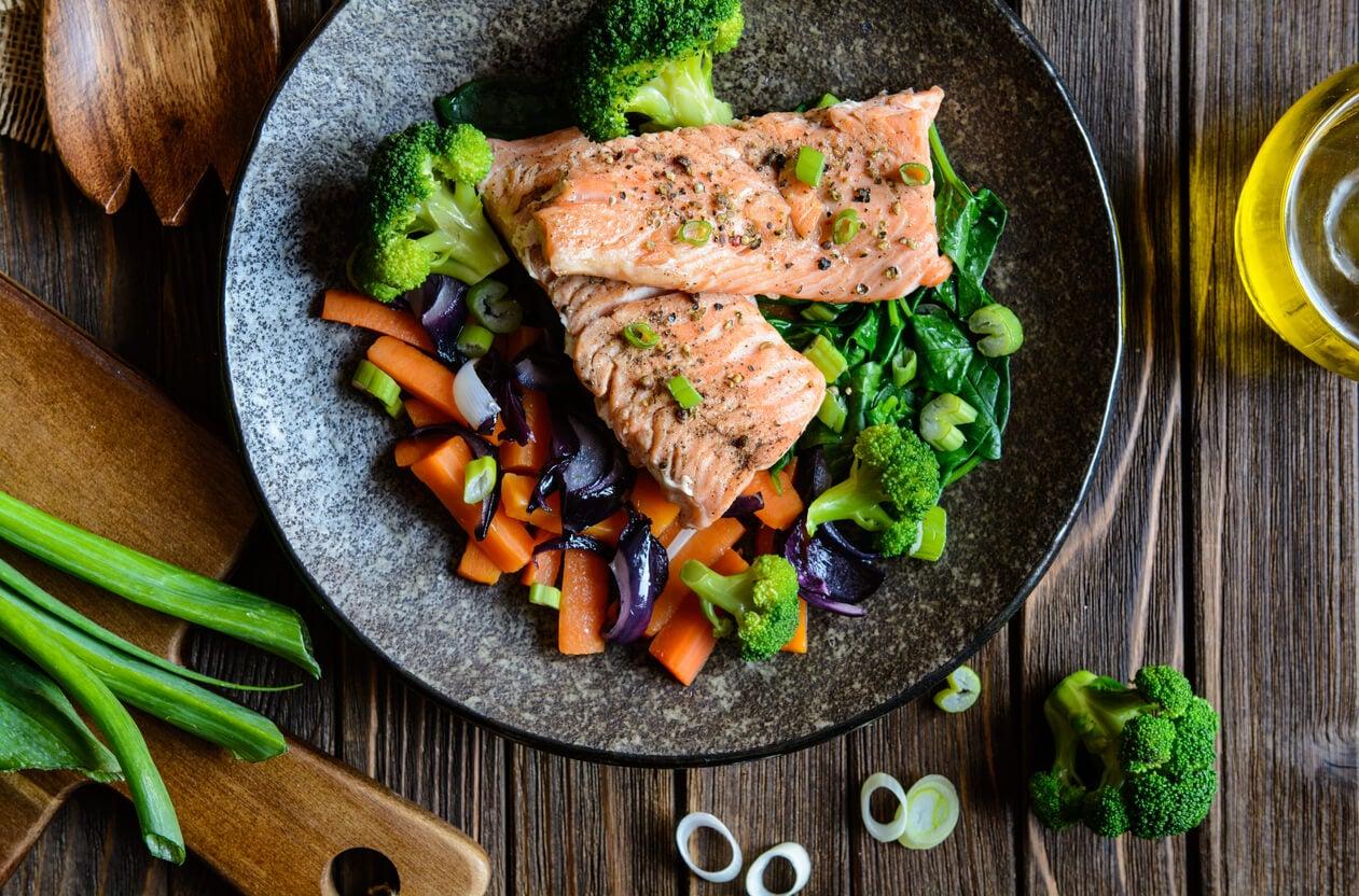 Plato de salmón con verduras.