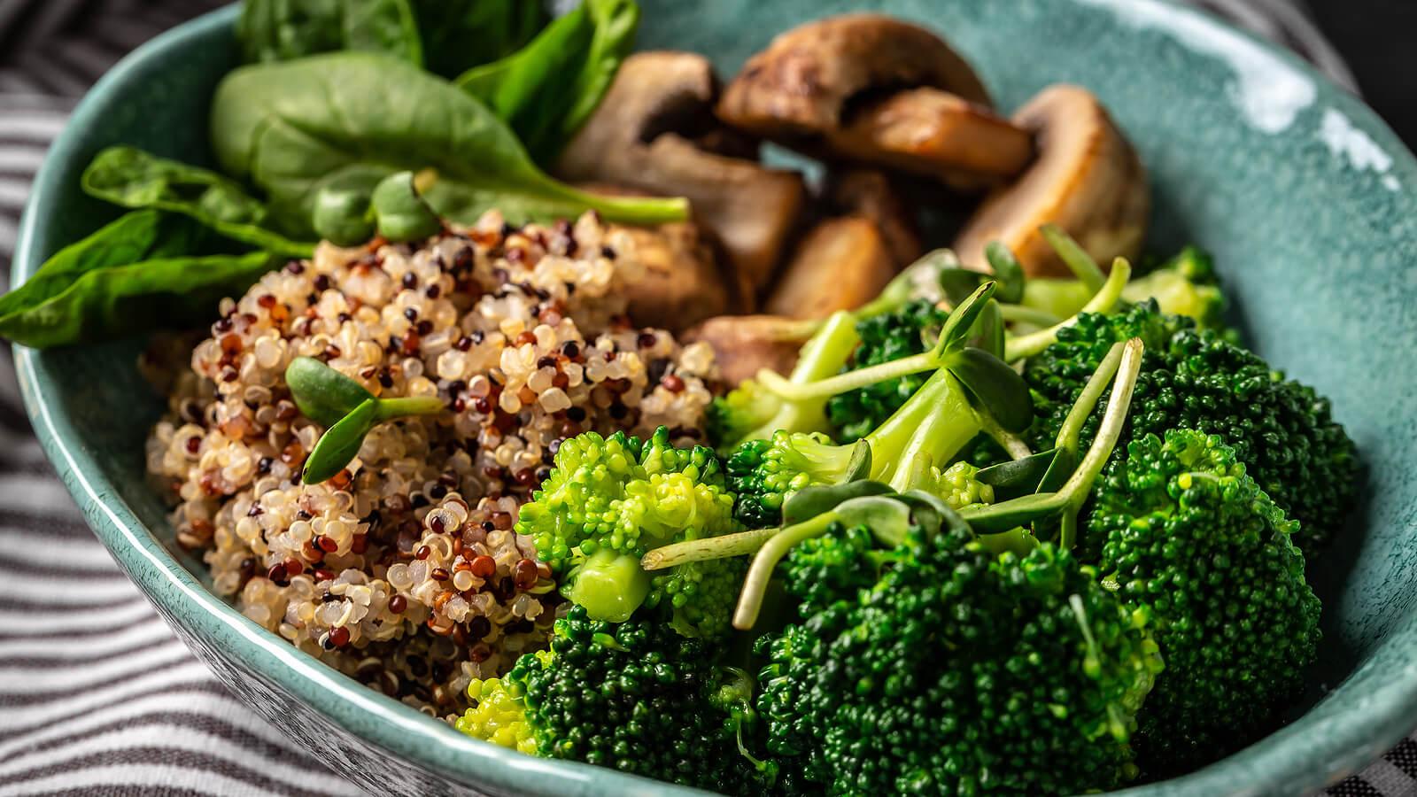 Plato de verduras y quinoa.