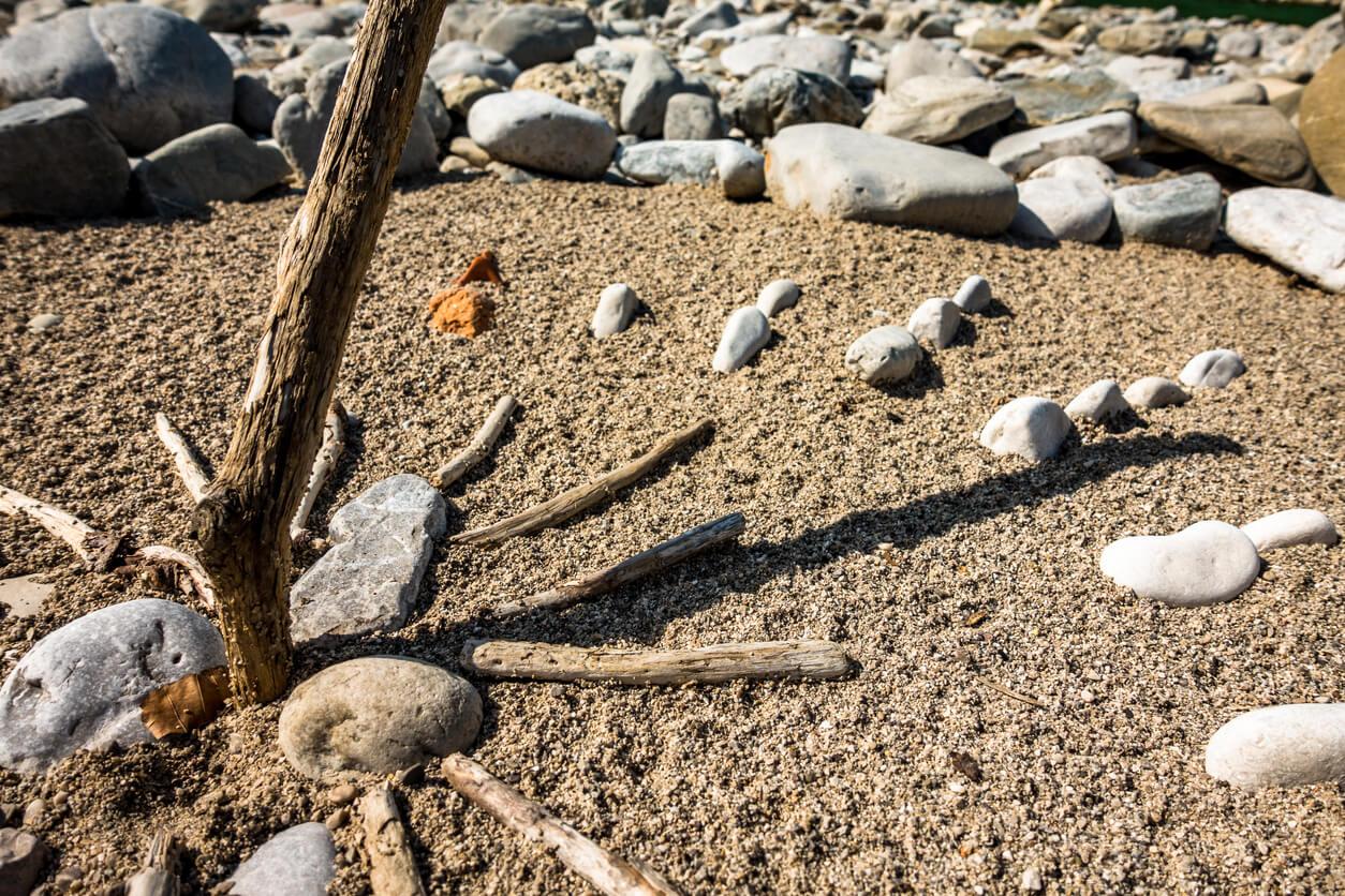Cadran solaire sur la plage.