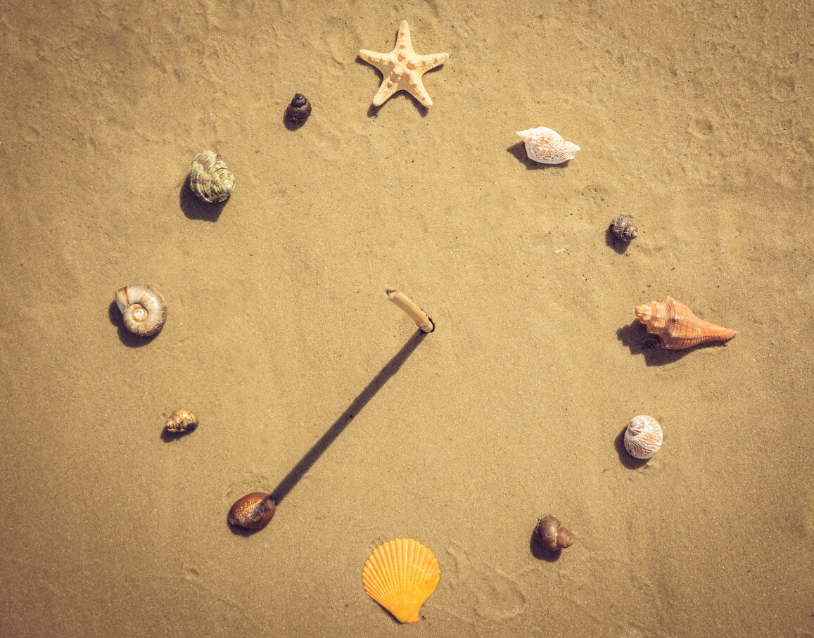 Cadran solaire maison dans le sable.