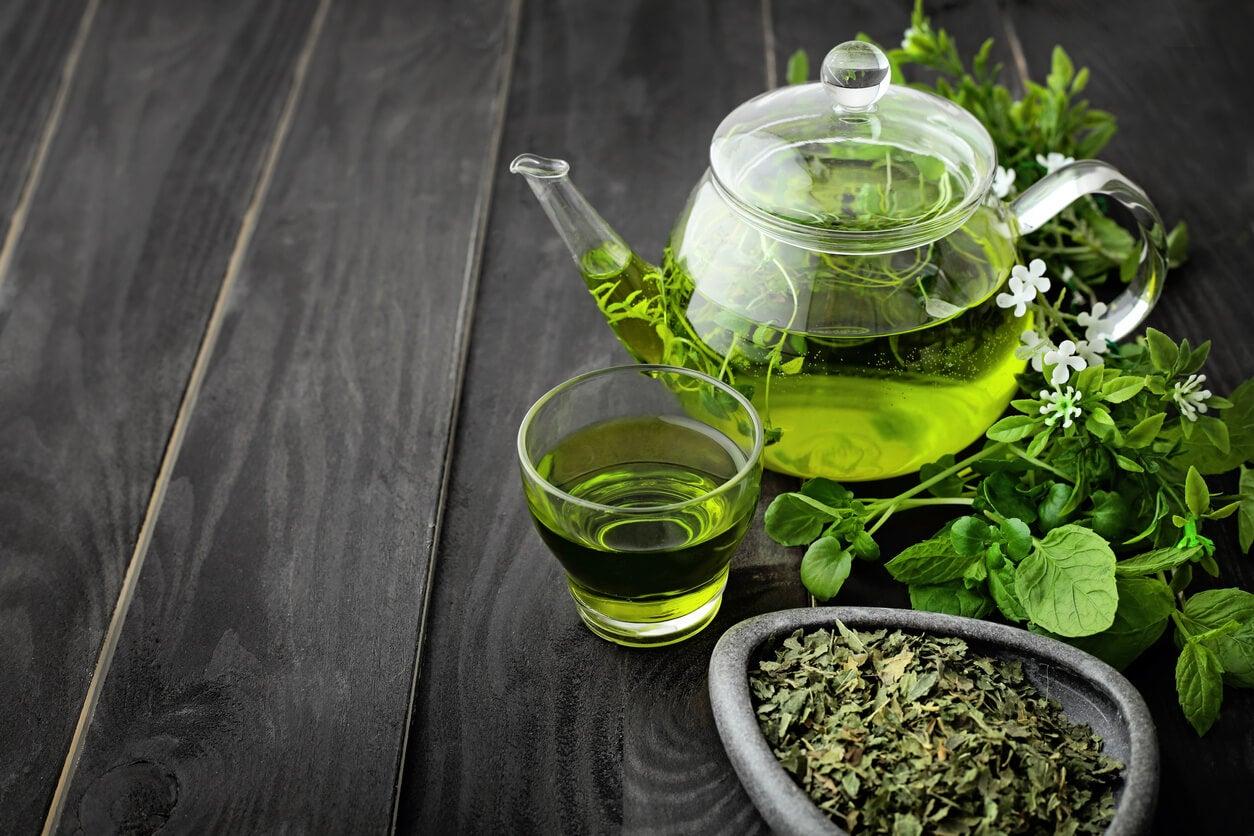 Infusión de té verde, una de las hierbas que debes evitar durante el embarazo.
