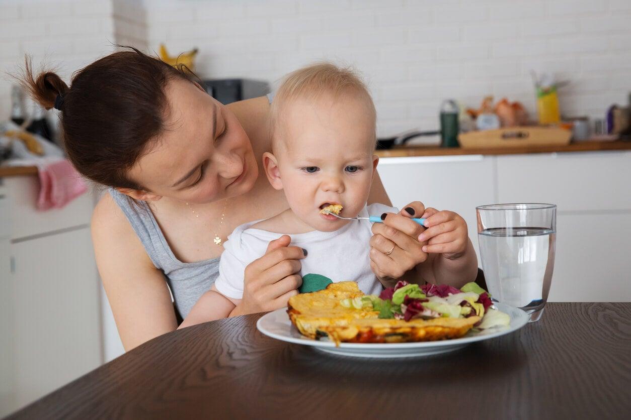 Mère qui nourrit son bébé de 12 mois.
