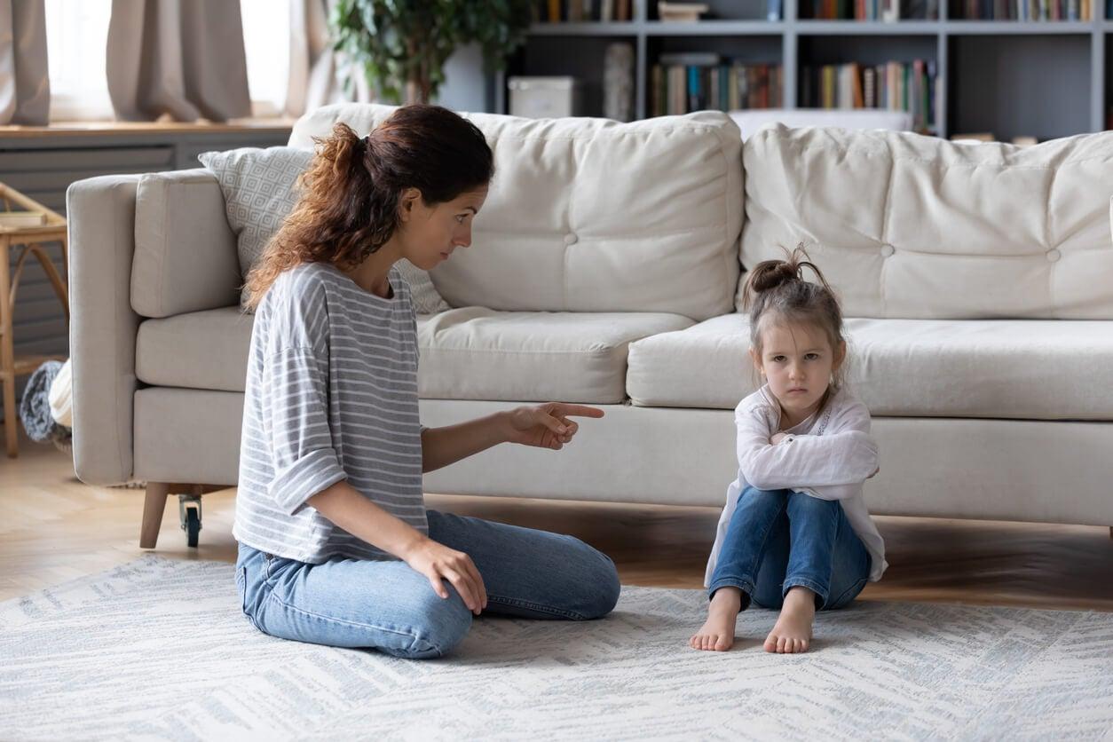 Madre siendo excesivamente crítica con su hija.