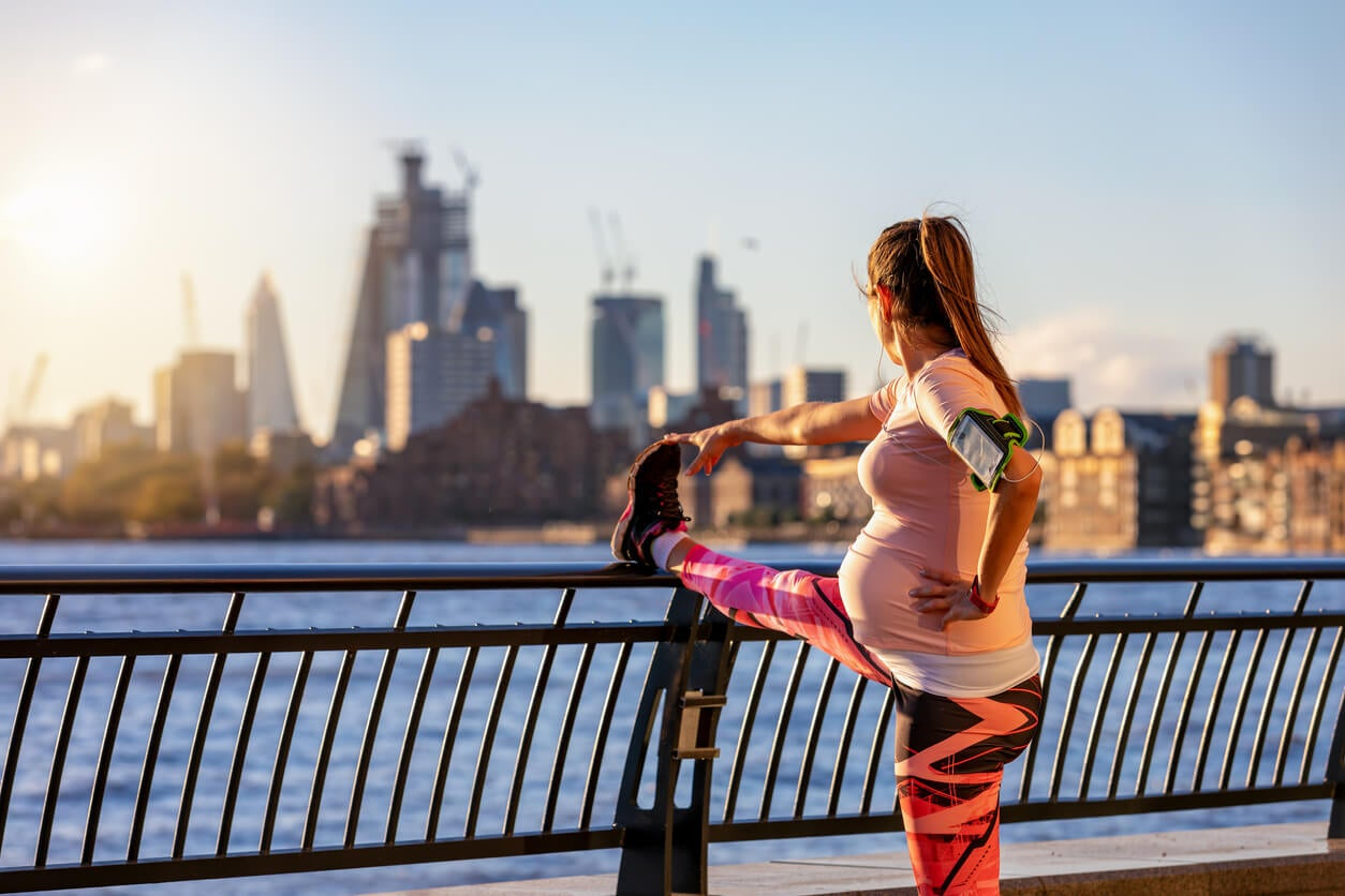 Une femme enceinte qui fait du sport.