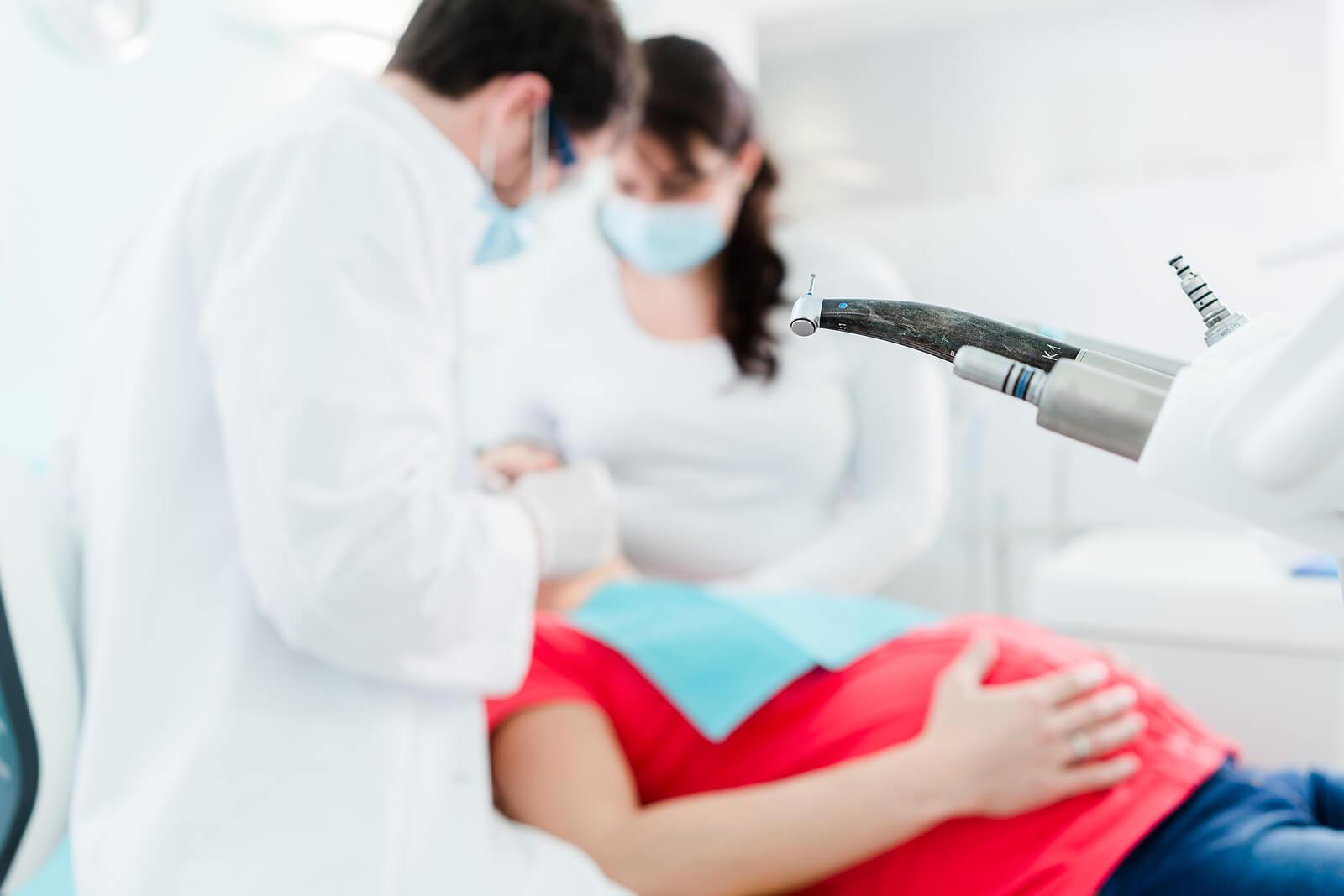 Mujer embarazada haciéndose una limpieza dental.