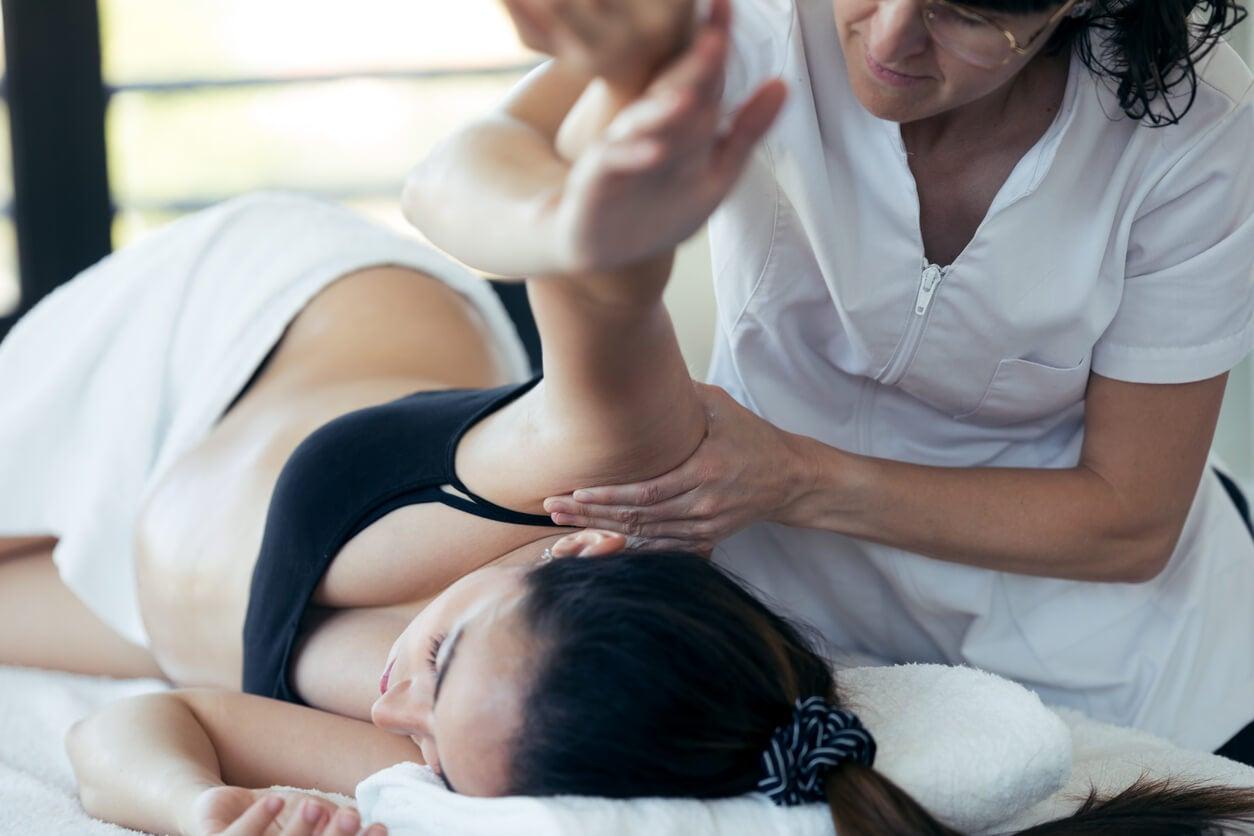 Mujer recibiendo masajes durante el embarazo.