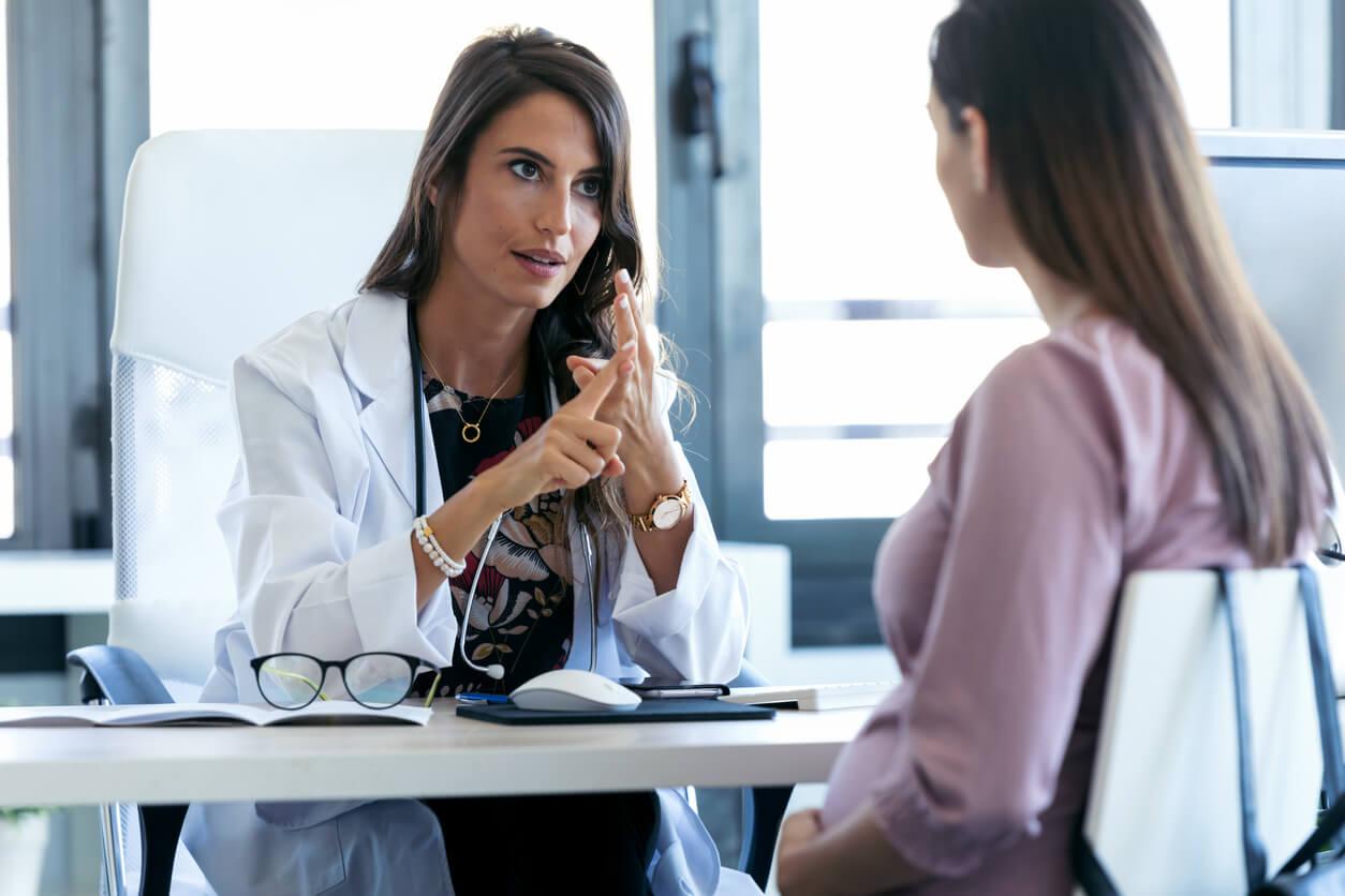 Mujer hablando con la doctora sobre los opioides durante el embarazo.