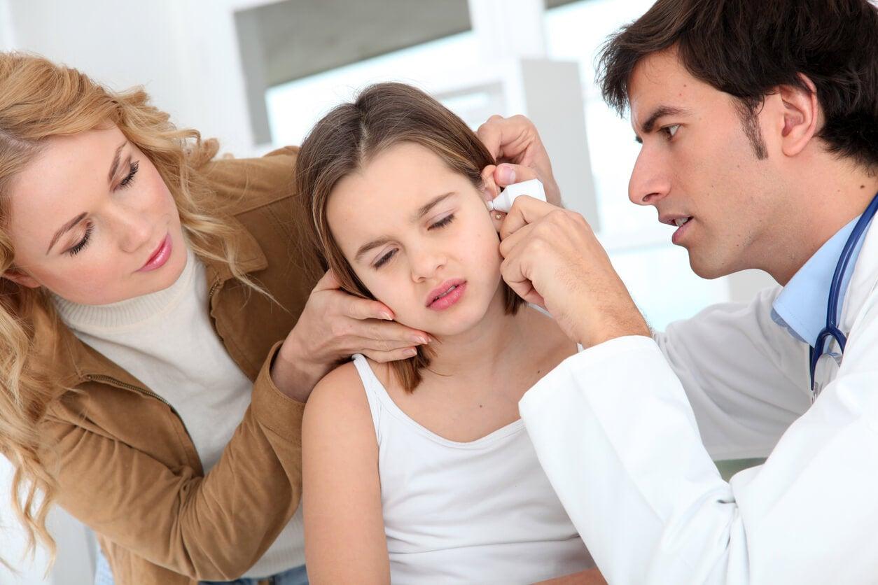Niña en el médico con otitis, una de las enfermedades causadas por bacterias.