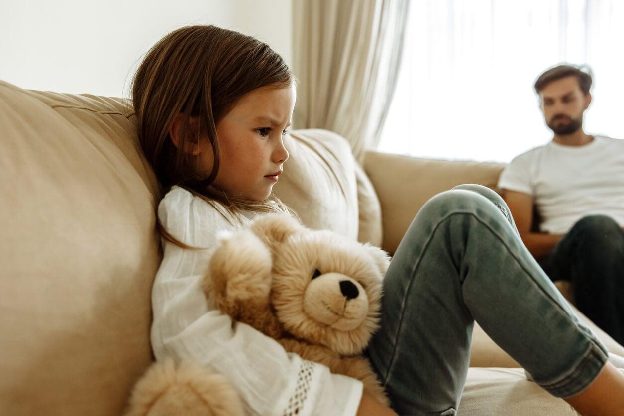 Niña triste porque le afecta la crítica excesiva de su padre.