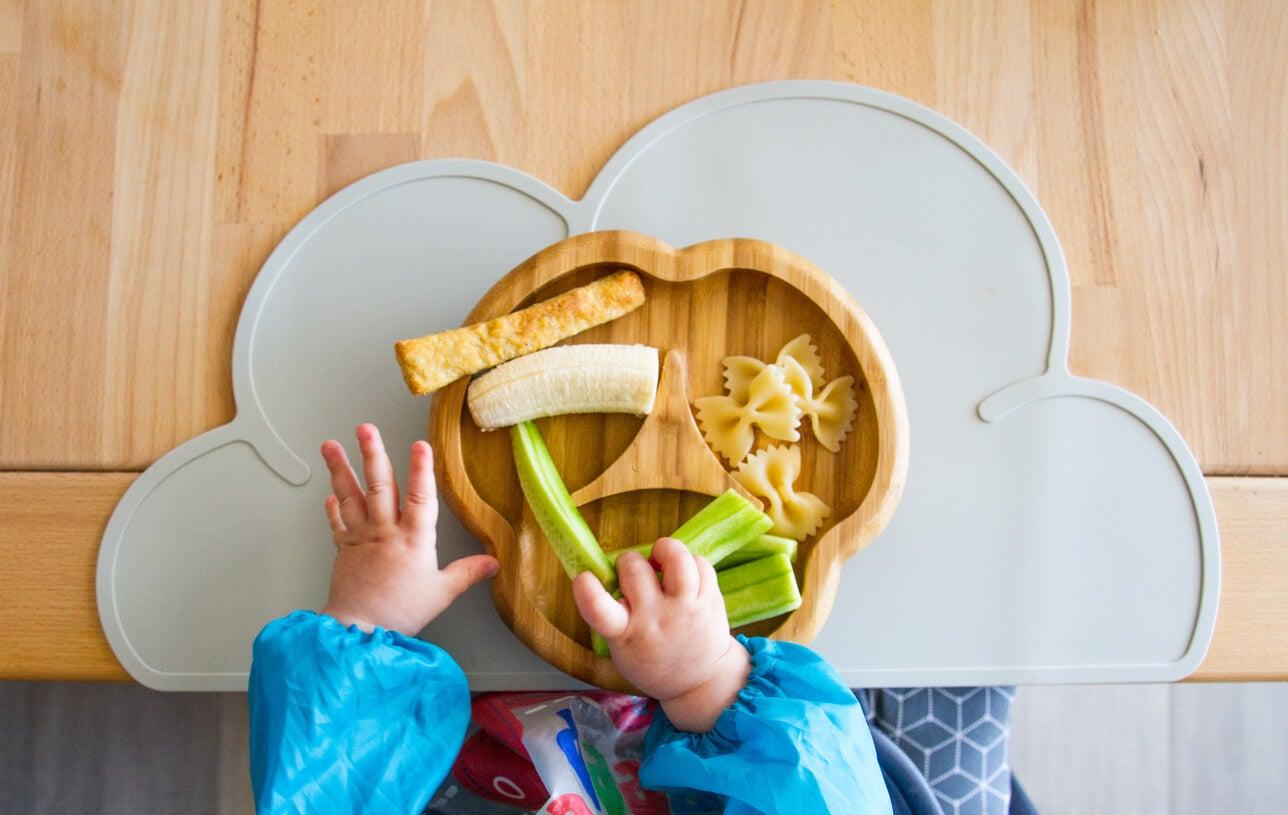 Niño comiendo mediante el baby led weaning.