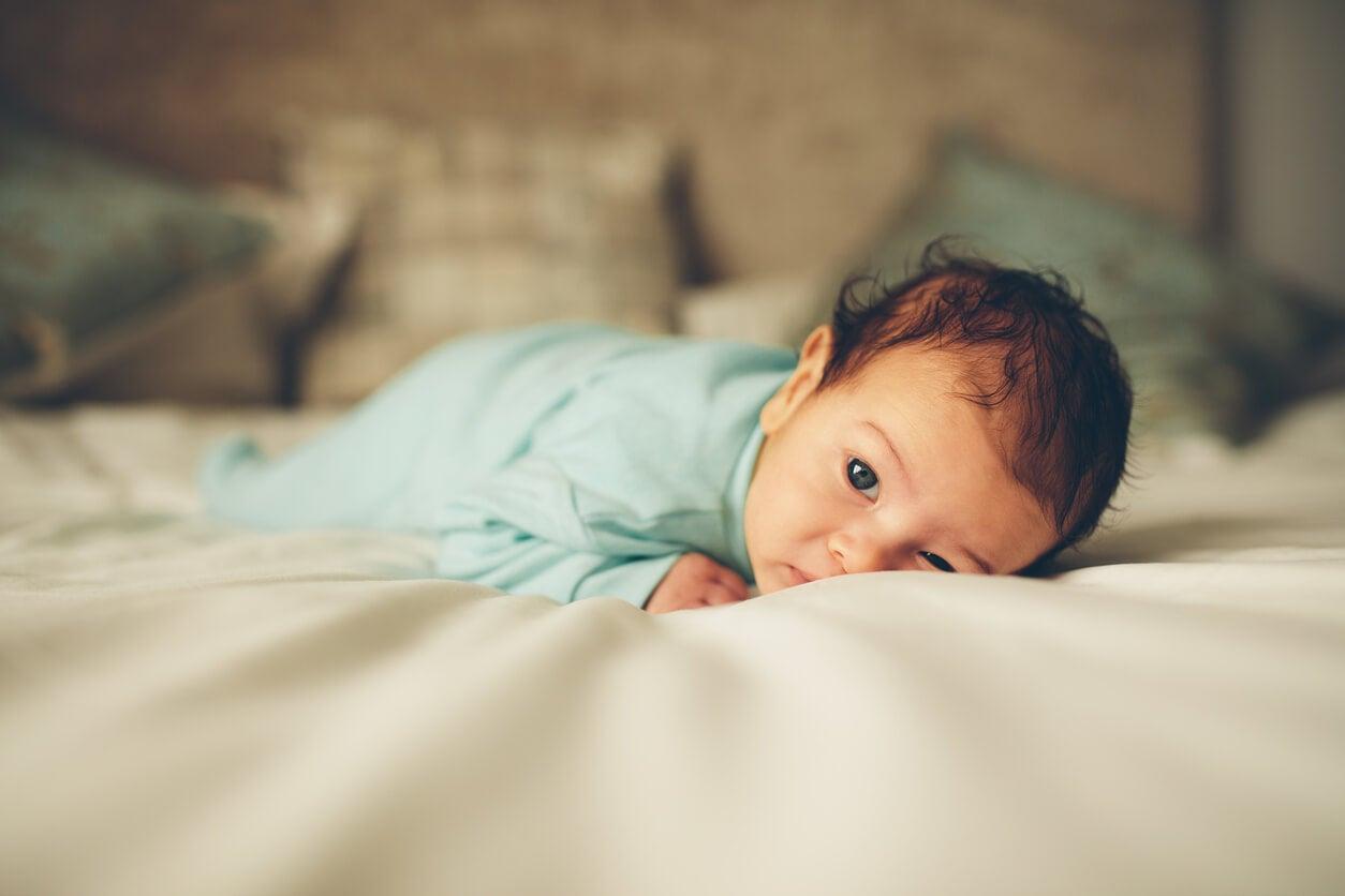 Bebé tumbado boca abajo.
