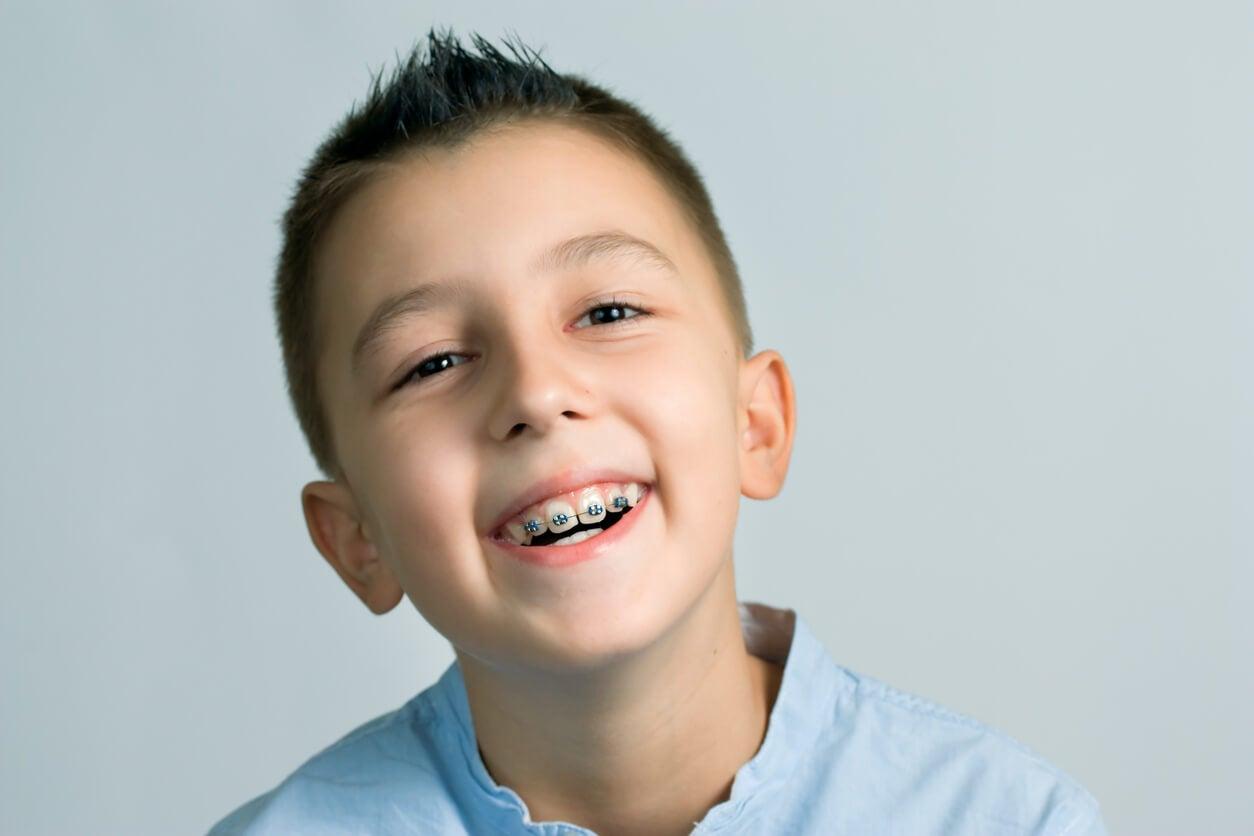 Enfant avec un appareil dentaire.