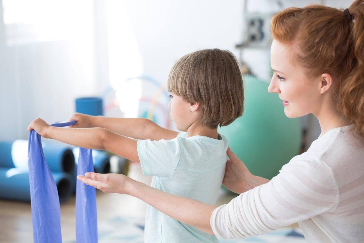 Niño en fisioterapia para evitar problemas posturales.