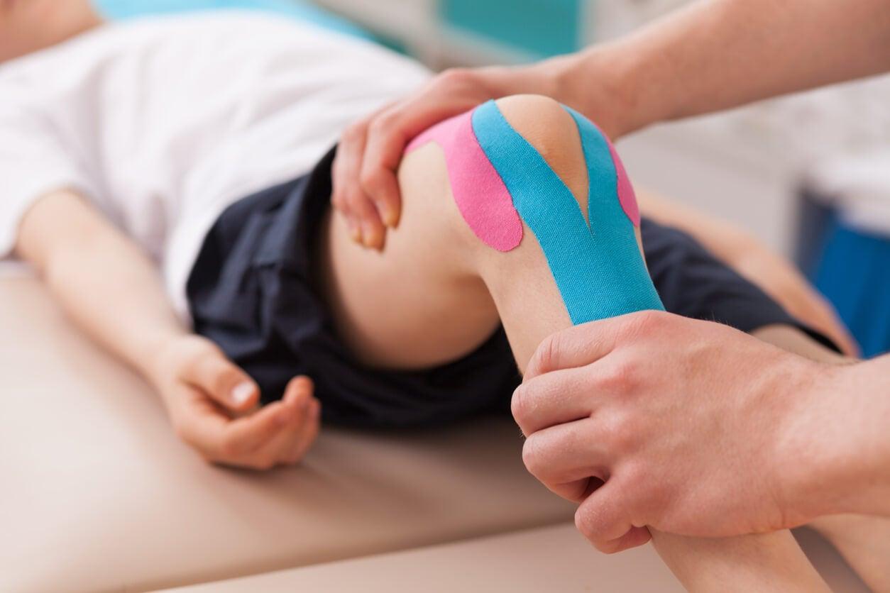 Niño en el fisioterapeuta.
