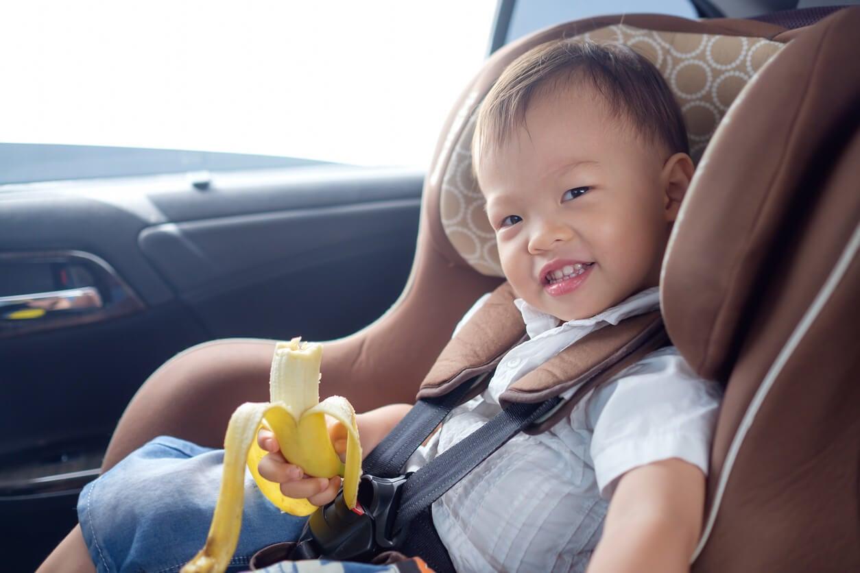 Niño comiendo plátano porque tiene muchos beneficios.