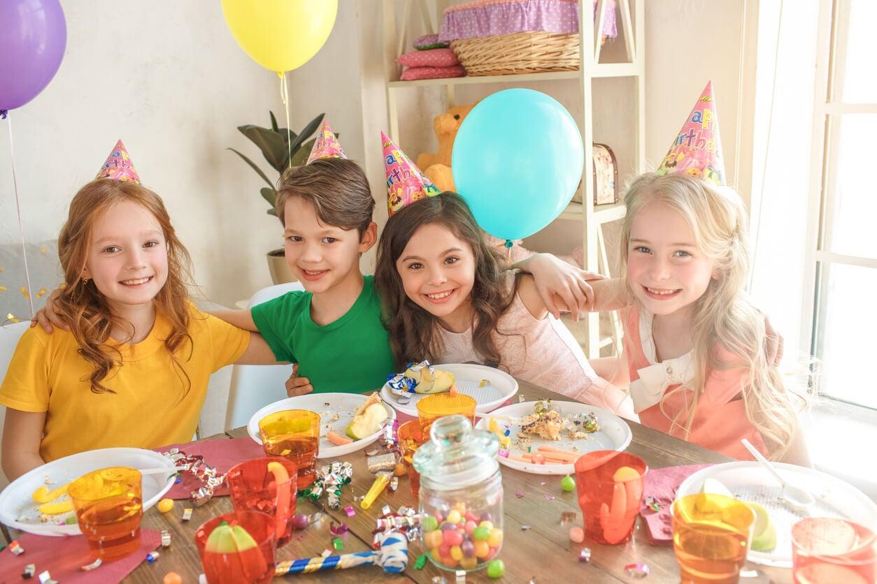 Para controlar el consumo de golosinas en la alimentación infantil lo mejor es que solo las consuman en celebraciones especiales, como los cumpleaños.