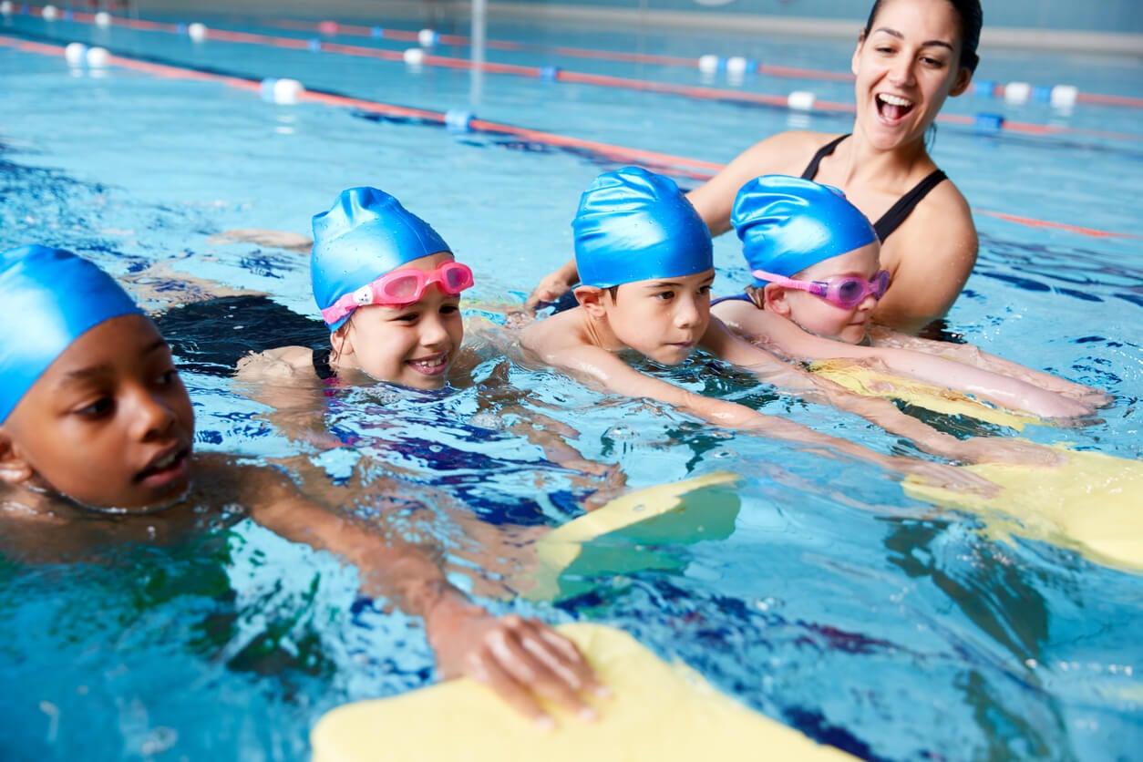 Niños nerviosos practicando natación.