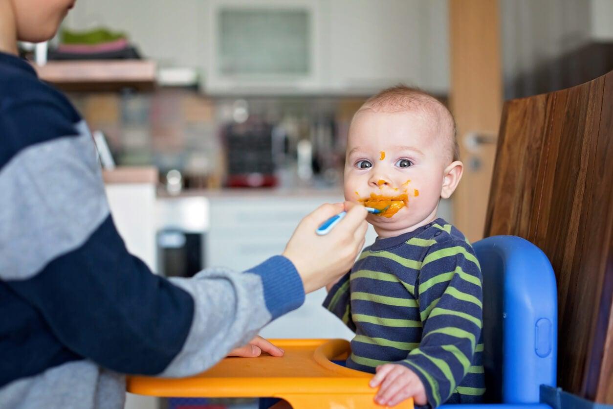 Leur donner toute la nourriture écrasée est l'une des mauvaises habitudes pour les dents des enfants.