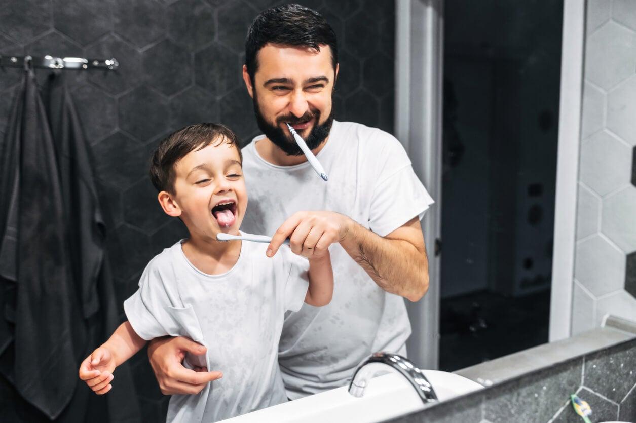 Cómo ayudar a los niños pequeños a lavarse los dientes sin perder los nervios