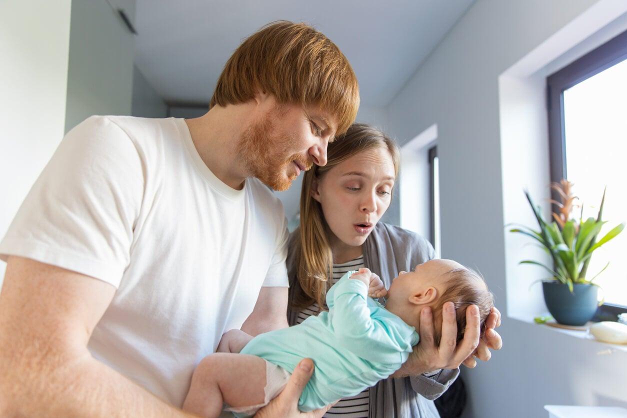 Padres con su hijo en brazos.