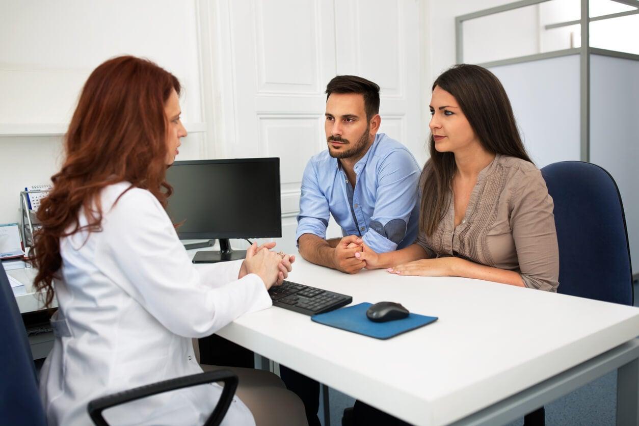 Pareja en el médico preguntando por tratamientos de fertilidad.
