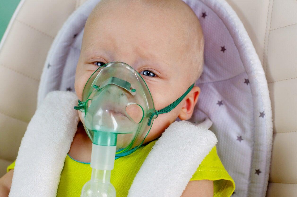Bébé avec un aérosol sur le visage.