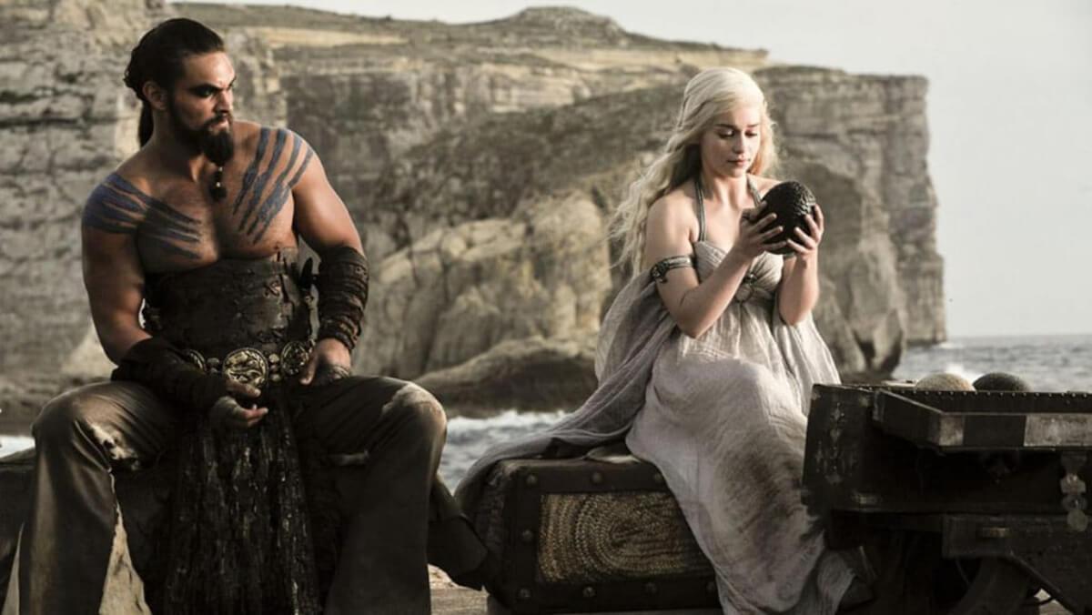 Daenerys con un huevo de dragón.
