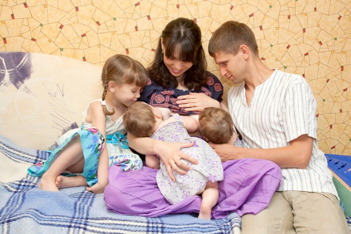 Lactancia materna de dos hijos a la vez.
