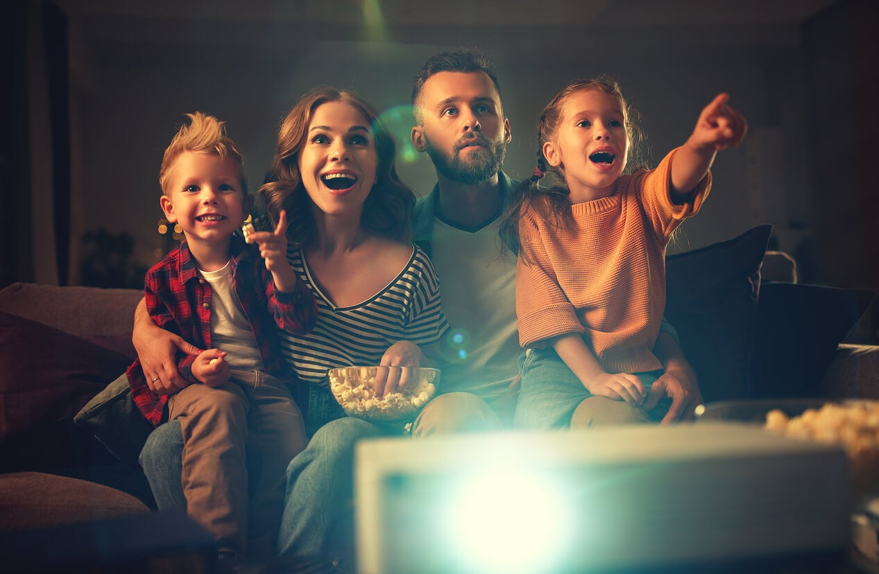 Familia viendo una película para crear momentos felices.