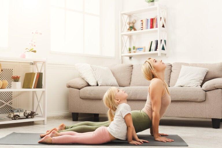 El perro boca arriba: postura de yoga para niños