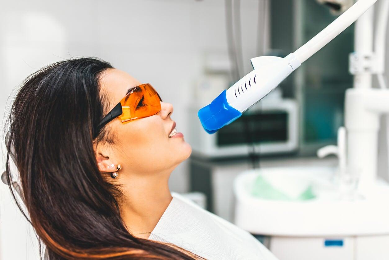 Mujer haciéndose un blanqueamiento dental.