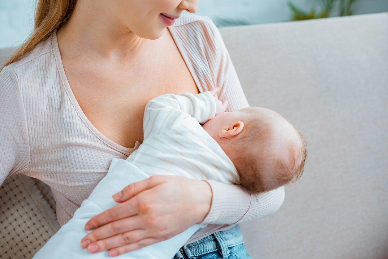 Femme allaitant son bébé.
