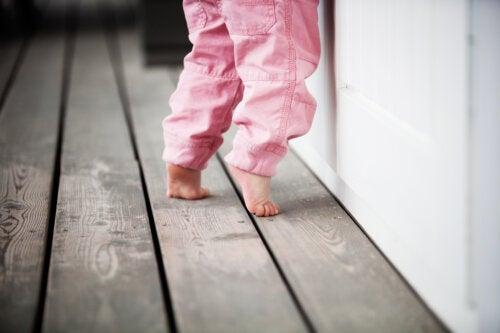 Mi hijo anda de puntillas, ¿es un hábito o un problema?