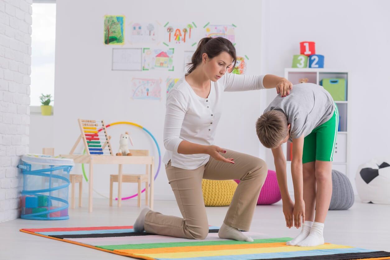 Niño en el fisioterapeuta como tratamiento para la escoliosis.
