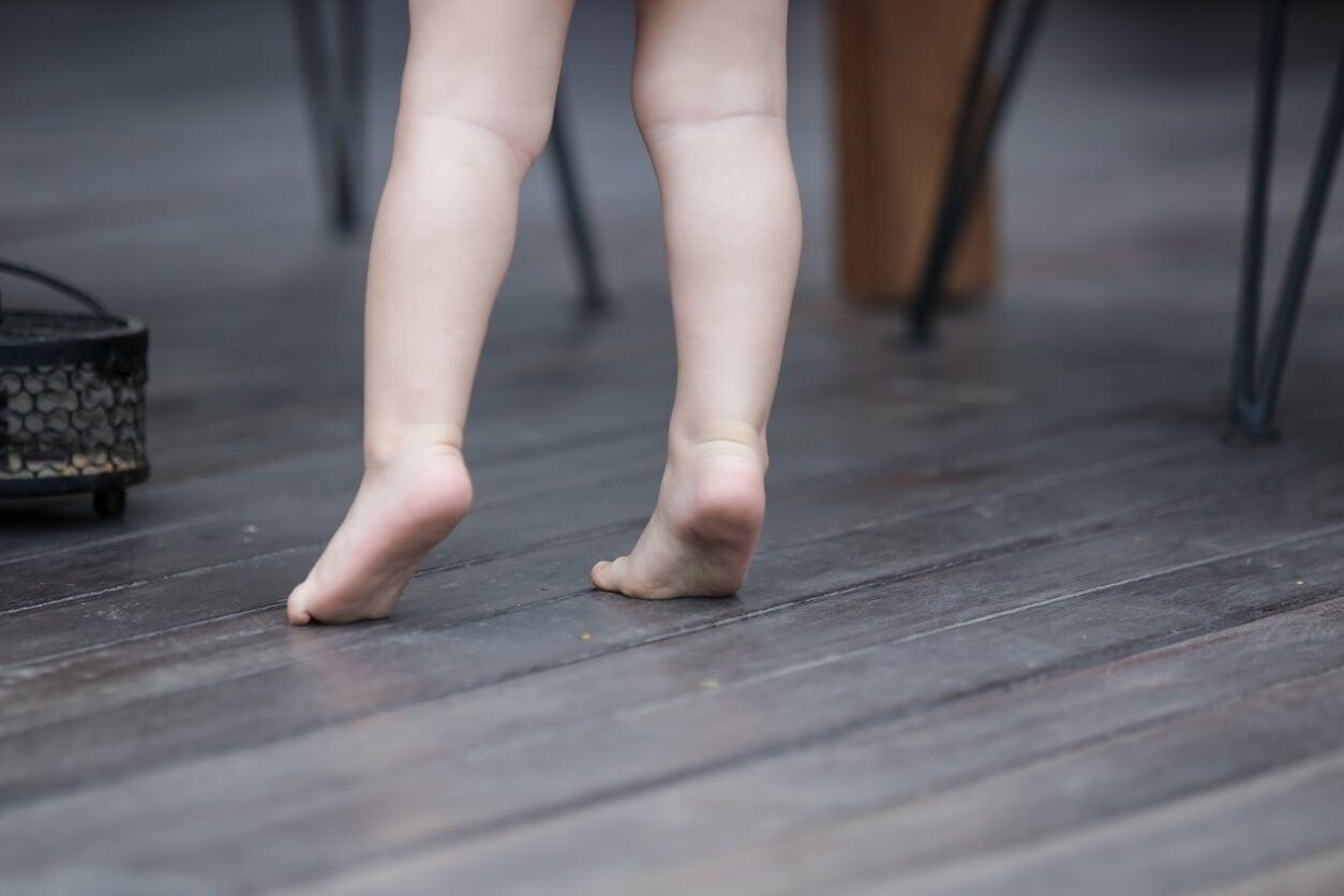 Niño que anda de puntillas.