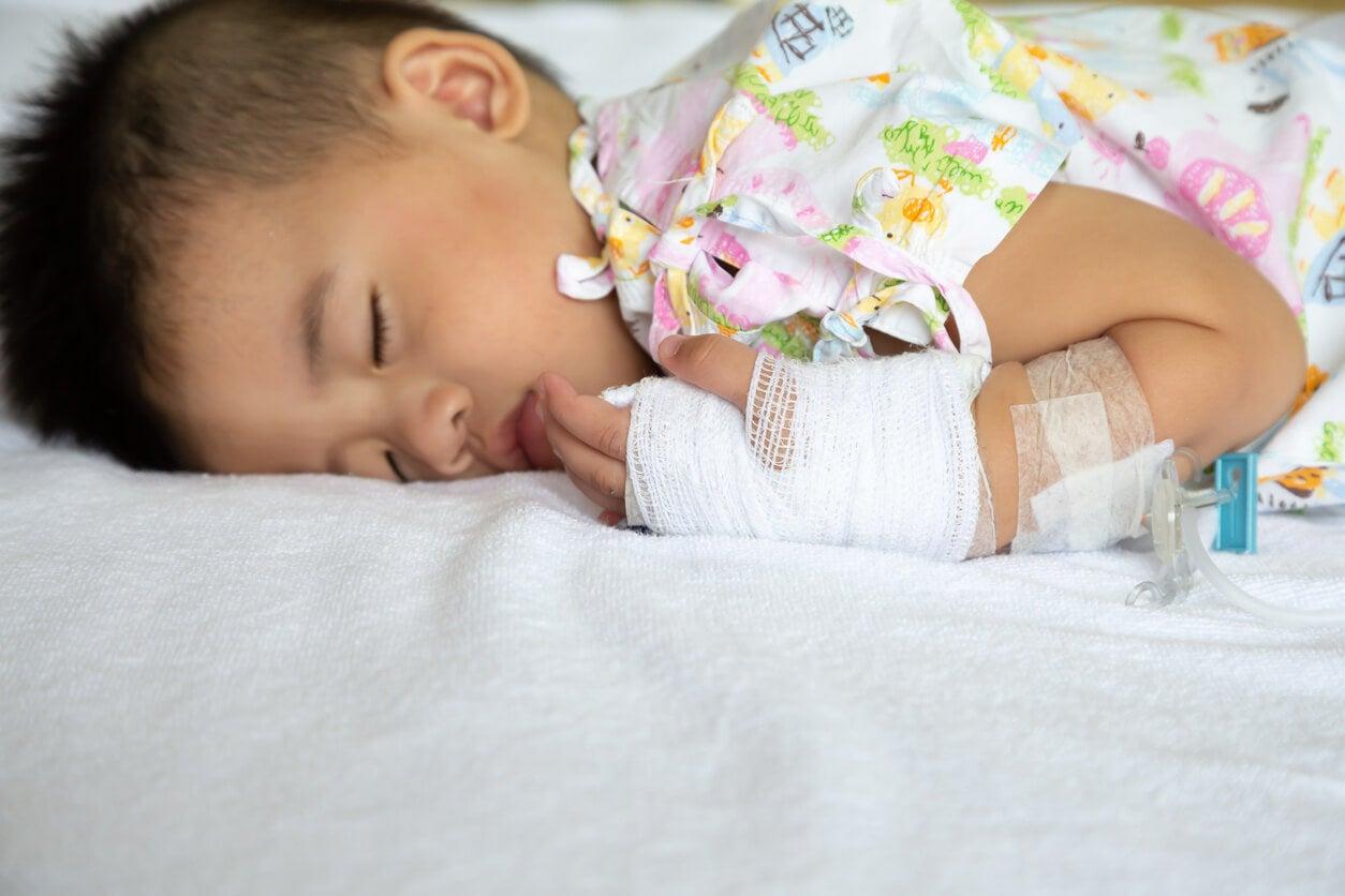 Niño enfermo con meningitis.