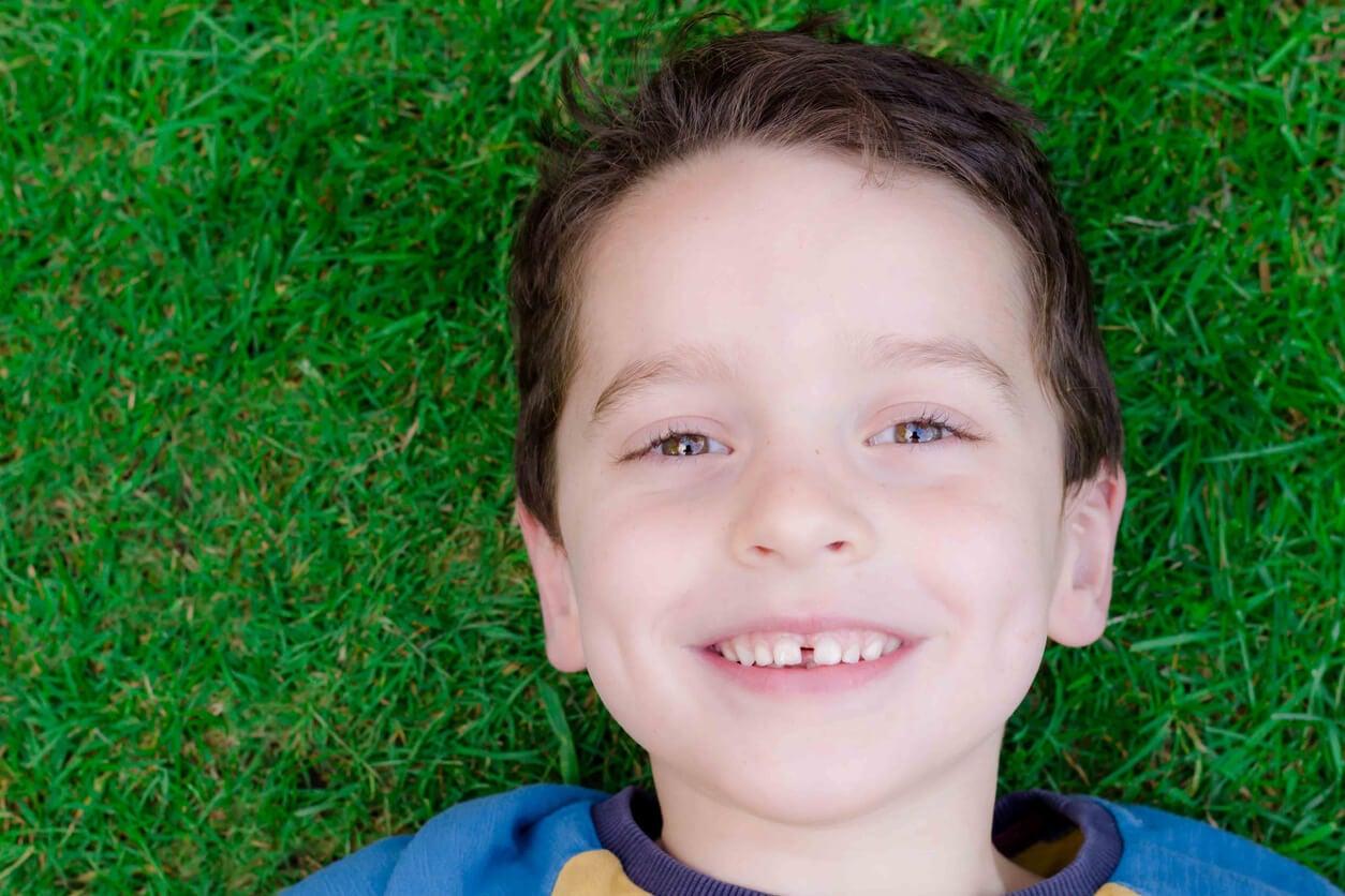 Niño sonriendo con diastema, uno de los problemas de mordida más frecuentes.