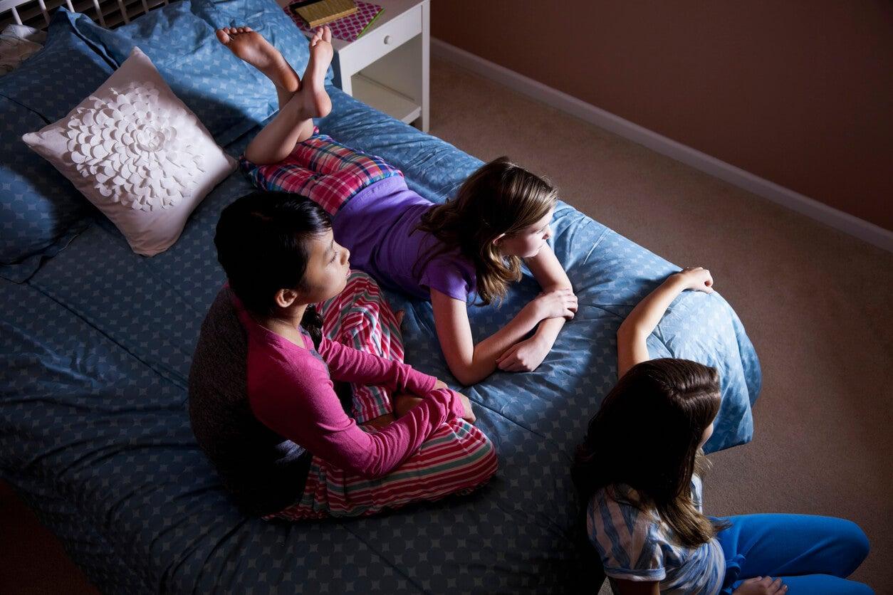 Niños viendo la tele en una fiesta de pijamas.