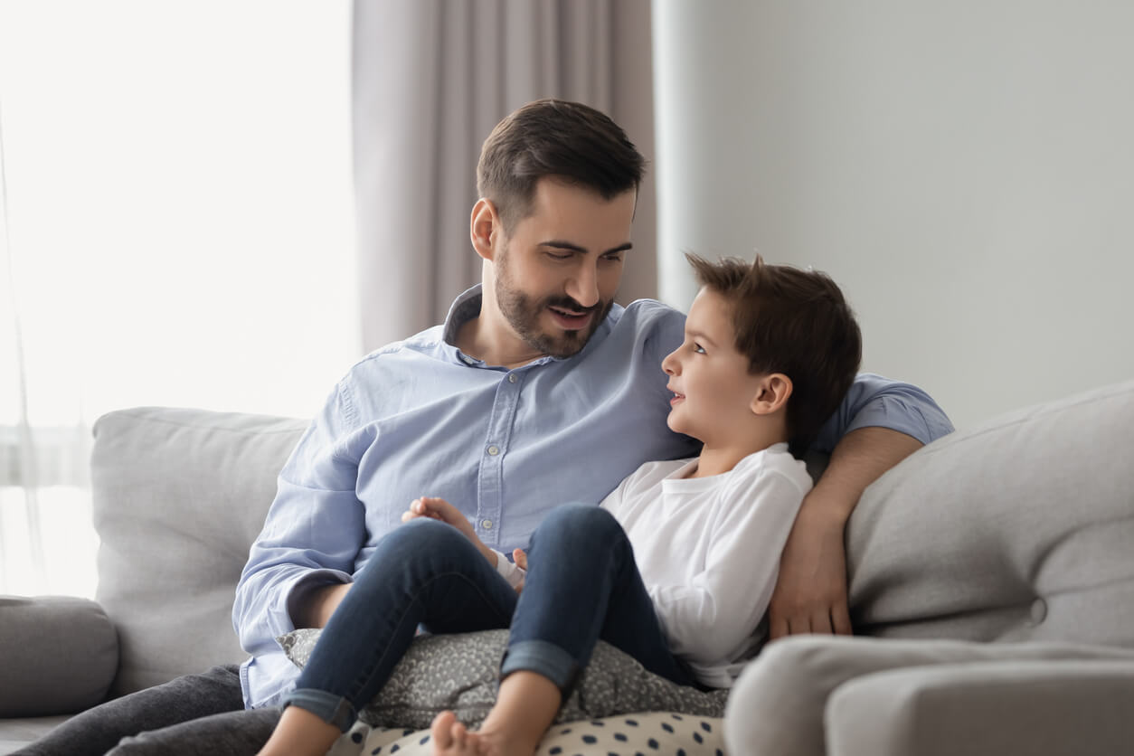Padre hablando con su hijo sobre resiliencia.