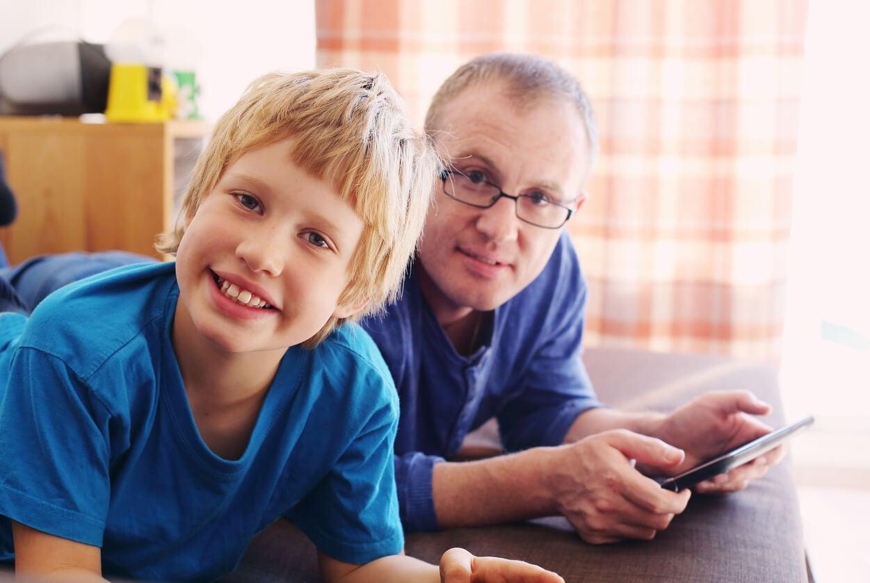 Padre e hijo con trastorno del espectro autista.