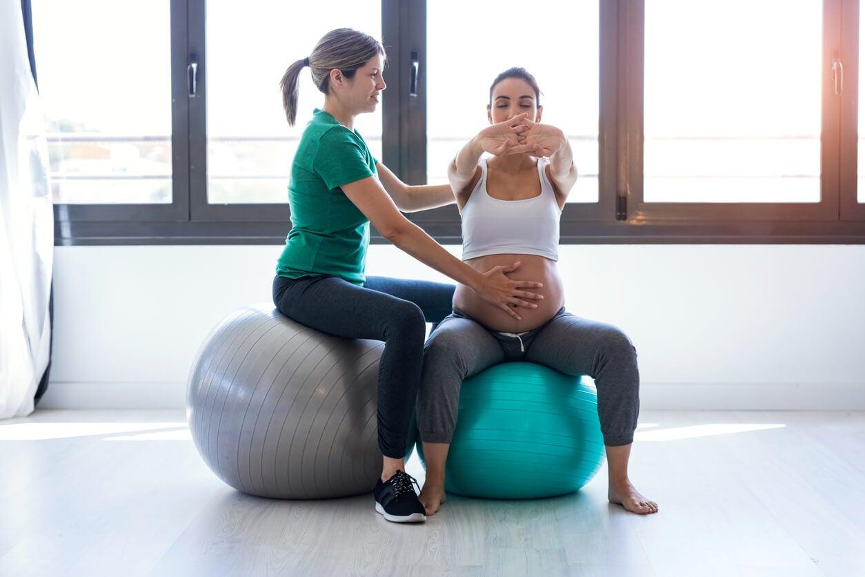 une femme enceinte qui fait des exercices pour le plancher pelvien.